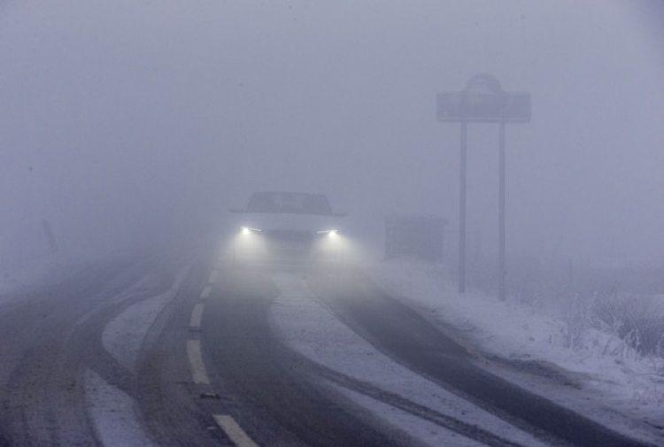 Niebla y nieve en el Derbyshire, en el norte de Inglaterra (AFP)