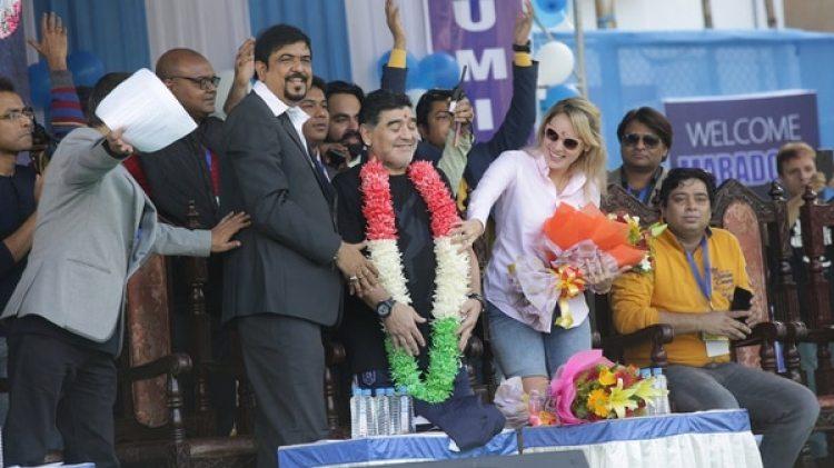 Diego Armando Maradona es recibido por sus seguidores (EFE/ Piyal Adhikary)