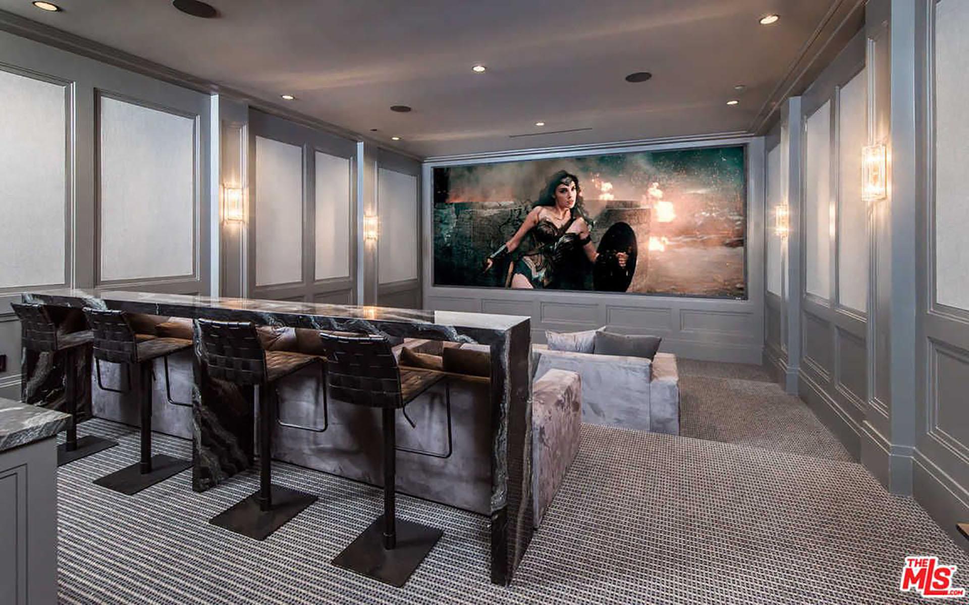 (MLS) Entre las excentricidades que se pueden encontrar, figura una sala de cine y una sala de puros con sistema de filtración de aire, además de un ascensor