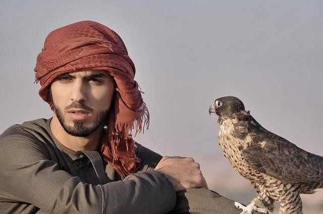 Así luce actualmente el hombre que fue expulsado de su país por ser muy bello