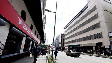 Agencias bancarias en la avenida Camacho. Foto: La Razón, Archivo