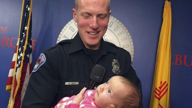 Ryan Holets, oficial de policía adoptó el bebé de una adicta a la heroína (AP)