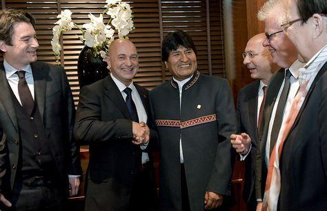 El presidente Morales saluda a los directivos del consorcio germano-suizo que se reunió en Berna por el bioceánico.