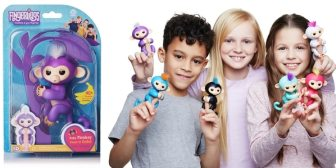 Un mono de juguete que se abraza al dedo es la nueva debilidad de los niños en EEUU