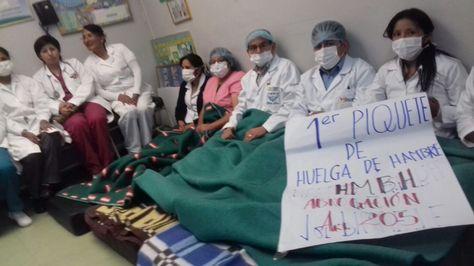 Primer piquete de huelga de médicos en El Alto instalada en el Hospital Boliviano Holandés.