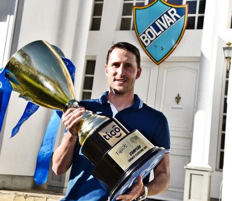 El DT Beñat San José posa con el trofeo de campeón del torneo Clausura. Foto: Pedro Laguna - La Razón