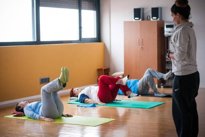 Clase de yoga en Trabensol. (Carmen Castellón)