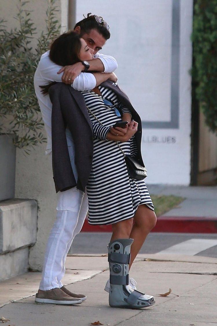 La pareja fue fotografiada muy acaramelada en West Hollywood, California (Grosby Group)