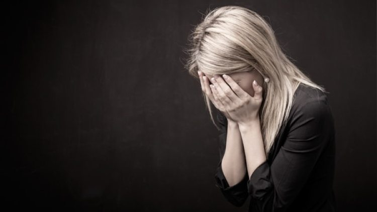 Aunque en algunos casos son necesarios los antidepresivos, el mejor tratamiento para la depresión estacional incluye la combinación de varias terapias (iStock)
