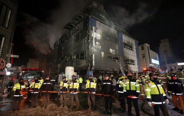 El edificio luego de que controlaron las llamas. (Reuters)