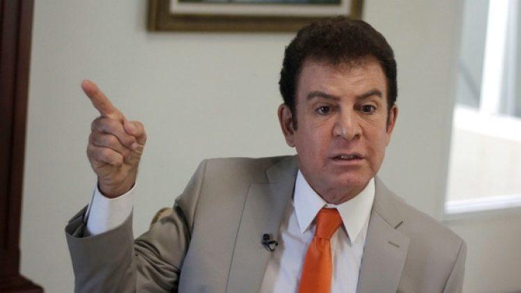 El opositor Salvador Nasralla durante una entrevista con la prensa extranjera en Tegucigalpa (Reuters)