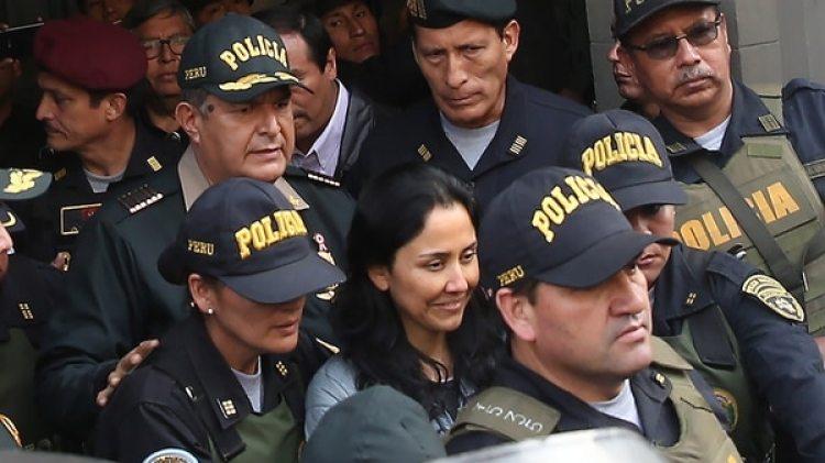 La ex primera dama de Perú, Nadine Heredia (c), sale del Palacio de Justicia el14 de julio de 2017, resguardada por agentes policiales con rumbo al penal Virgen de Fátima, en Lima (EFE/Ernesto Arias)