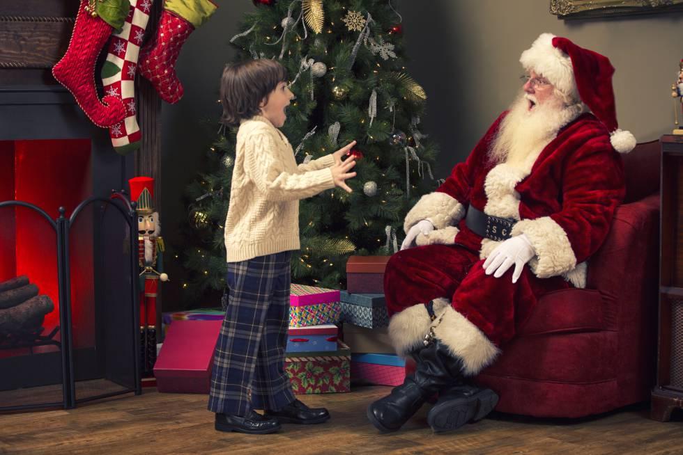 Un niño se sorprende al ver a Papá Noel.