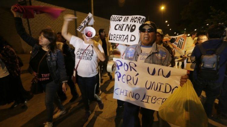 Simpatizantes de Alberto Fujimori celebran el indulto del ex presidente. (AFP)
