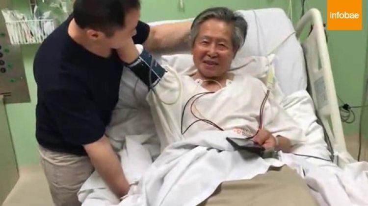 Alberto Fujimori junto a su hijo Kenji al momento de enterarse de su indulto