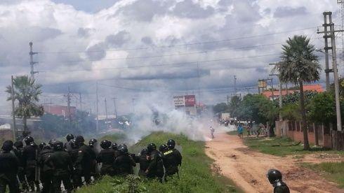 Policías intervienen el bloqueo de médicos en Paila