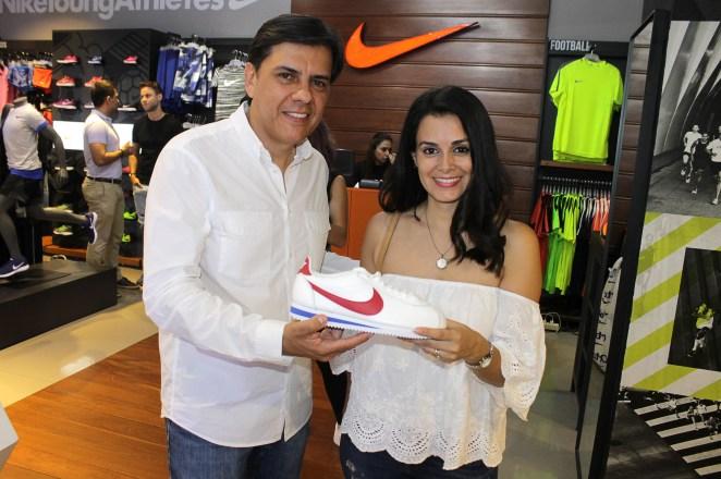 Juan Diego Araujo, director comercial de Nike para Bolivia y Mariana Aguilera