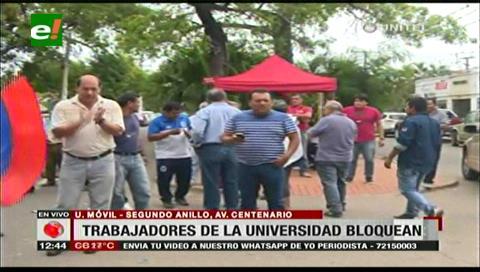 Trabajadores de la Uagrm bloquean la avenida Centenario, exigen el pago de sueldos