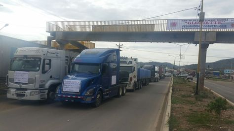 Vehículos del transporte pesado interrumpen el tráfico en la Avenida Blanco Galindo.