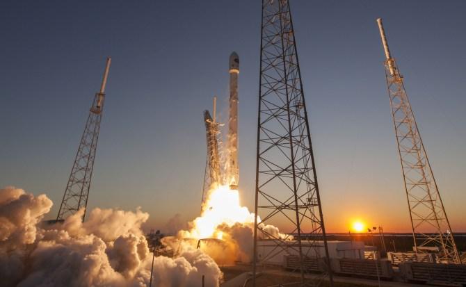Space X ya casi está lista para lanzar su Falcon Heavy con una peculiar carga en su interior