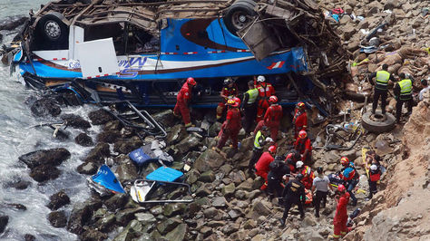 Vista del autobús que cayó a un abismo en Perú