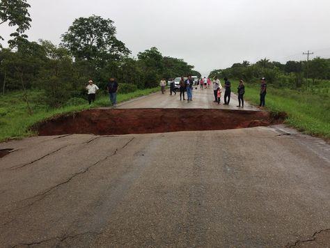 A 10 kilómetros del municipio Ascensión de Guarayos en la carretera al Beni se registró la rotura de una alcantarilla. Foto: Jaime Herrera