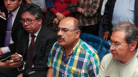 Al centro, el presidente del Colegio Médico de Bolivia, Aníbal Cruz, en la conferencia de prensa de este viernes.
