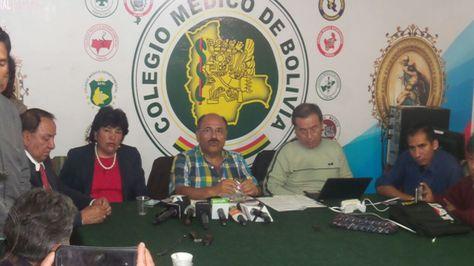 Aníbal Cruz, presidente del Colegio Médico de Bolivia, en conferencia de prensa este viernes.