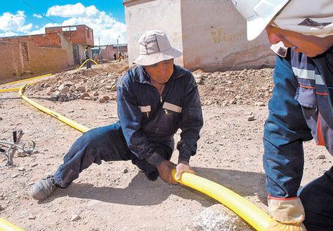Obreros trabajan en la instalación de una conexión de gas domiciliario