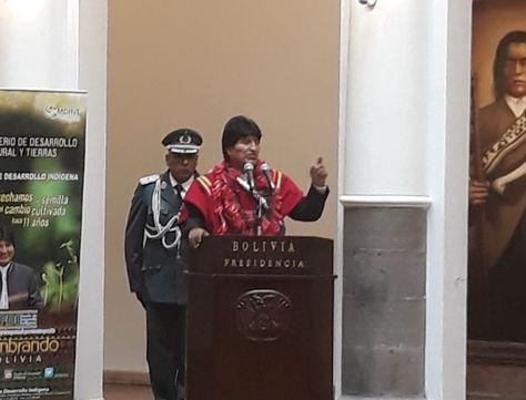 El presidente Morales durante la entrega de recursos del fondo indígena a alcaldías de La Paz.