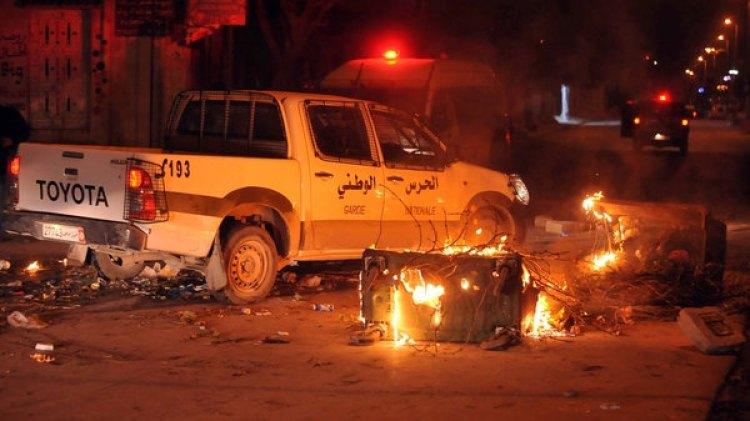 En algunas ciudades, las protestas contra el gobierno tunecino se volvieron violentas (AFP)