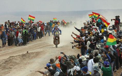 Arribo de una moto a la ciudad de Uyuni durante una edición anterior del Rally Dakar. Foto: Archivo