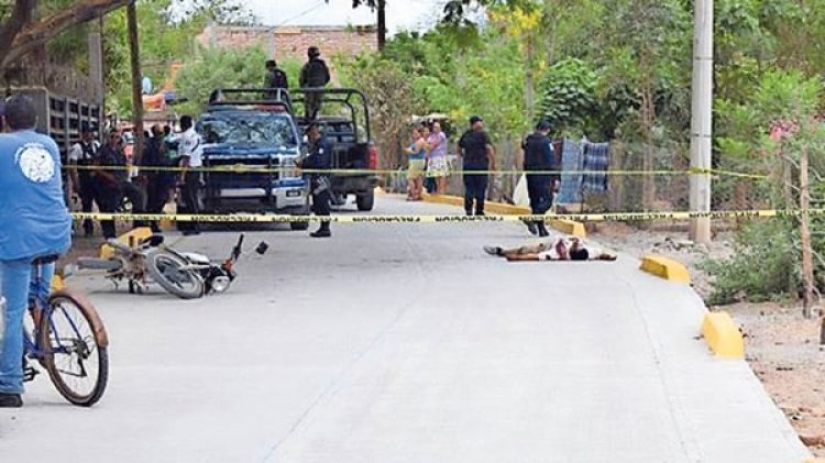 Cuerpos yacen sobre el asfalto tras una de las últimas balaceras en Concordia (gentileza Excelsior).