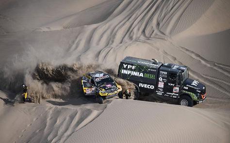Vehículos de los equipos Renault e Iveco en la quinta etapa del Rally Dakar entre San Juan De Marcona y Arequipa en Perú. Foto: AFP