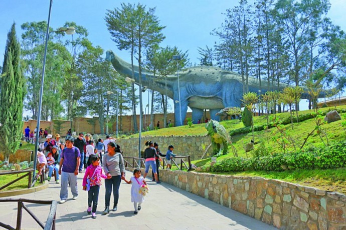 VISITAS. La mayor parte del público del Parque Cretácico tiene nacionalidad boliviana, representando el 90% de los...