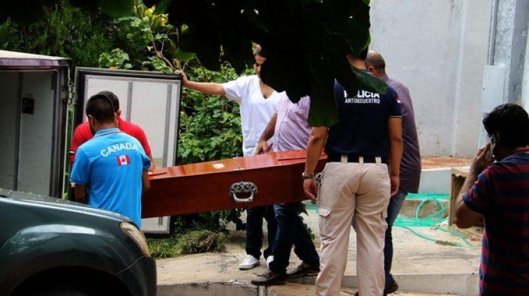 El feretro del secuestrado Abraham Fehr es cargado por trabajadores en la morgue judicialde Asunción (EFE/Andrés Cristaldo)
