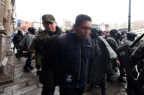 Una persona es detenida por la Policía el jueves cerca a la Basílica de San Francisco, durante los choques entre manifestantes y policías.