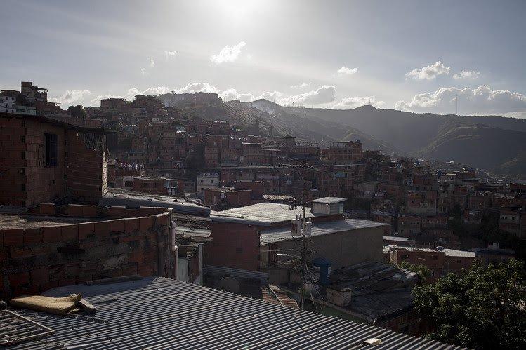 Una vista desde la casa de Elibeth Pulido, donde su hijo, José Daniel Bruzual, fue asesinado en agosto pasado en Caracas.