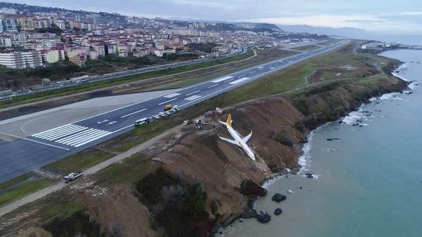 Avión con 160 pasajeros cayó por un acantilado