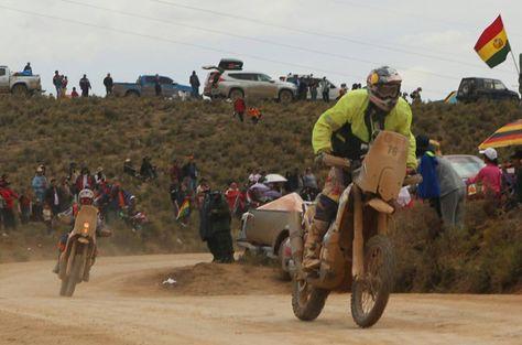 Decenas de personas se apostaron en los caminos para observar a los corredores del Dakar.