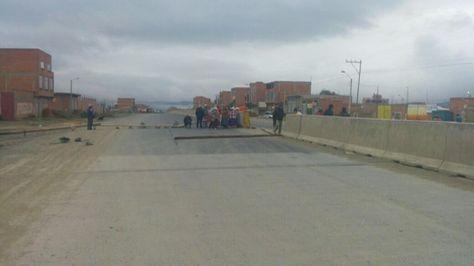 Bloqueo en la zona de Rio Negro, pasando la extranca de San Roque. Foto: @rcbolivia