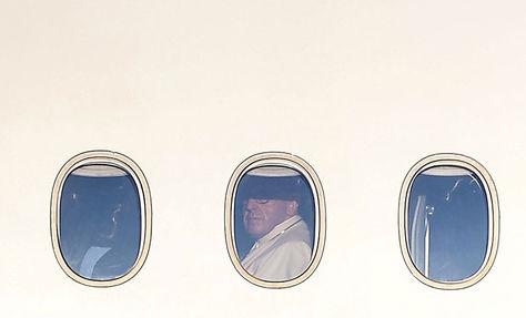 El Papa observa por la ventanilla del avión papal antes de emprender viaje a Chile. Foto: AFP