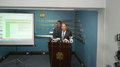 El ministro de Gobierno, Carlos Romero en conferencia de prensa.