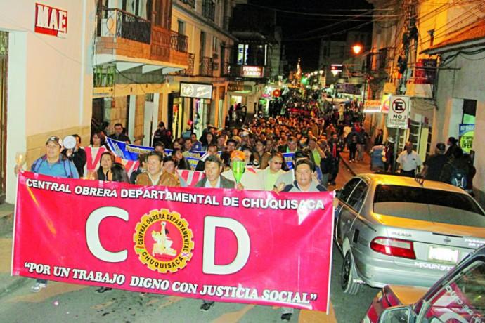 PROTESTA. Los marchistas, muchos de ellos con teas, recorrieron anoche desde la ex estación Aniceto Arce hasta la plaza