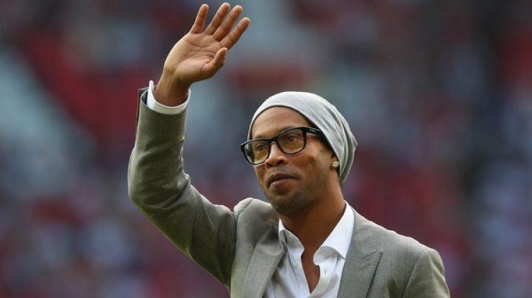 Ronaldinho, de 37 años, se retiró oficialmente del fútbol profesional, según anunció su hermano (Getty)