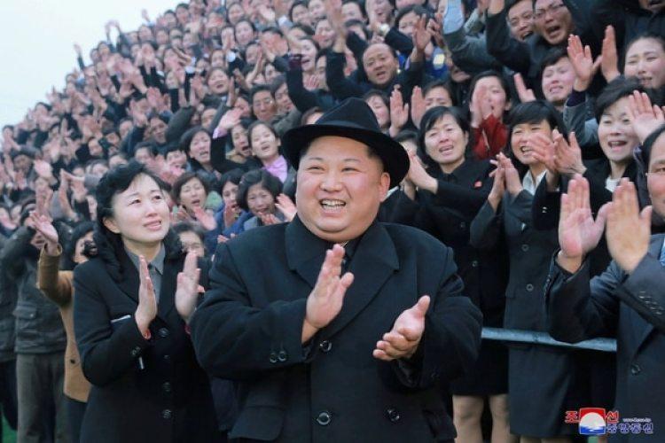 El dictador norcoreanoKim Jong Un durante la inauguración de un centro de capacitación para docentes este martes en Pyongyang (KCNA/via REUTERS)