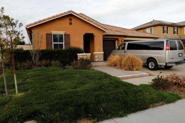 La casa donde David Allen y Louise Anna Turpin tenían secuestrados a sus hijos en Perris, California (REUTERS/Mike Blake)
