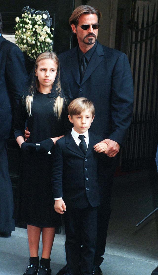 Paul Beck con sus hijos Allegra y Daniel, en el funeral de Gianni Versace, 1997.
