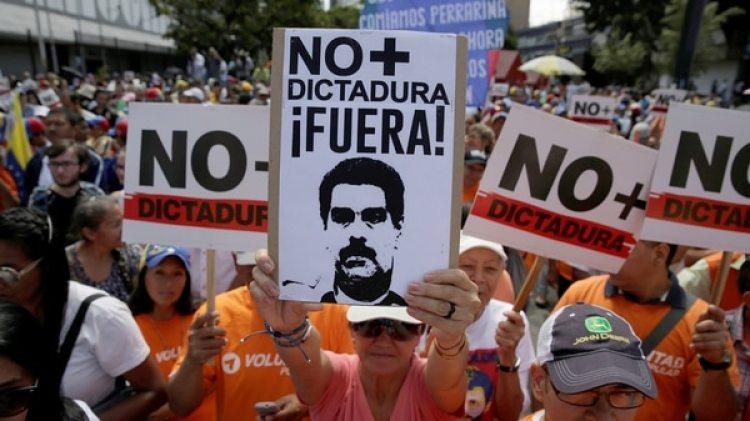 Manifestantes durante una marcha contra el régimen de Maduro el 1 de abril en Caracas, Venezuela (REUTERS/Marco Bello)