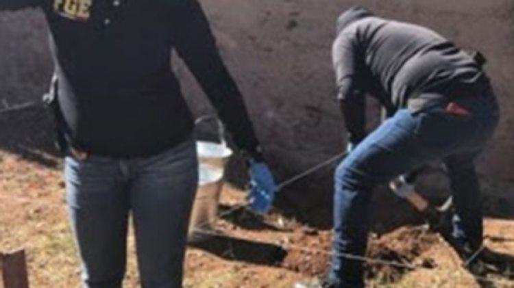 Los policías en una fosa clandestina hallada dentro de una vivienda en Chihuahua. (El heraldo de Chihuahua)